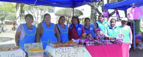 Mujeres demuestran sus emprendimientos en feria
