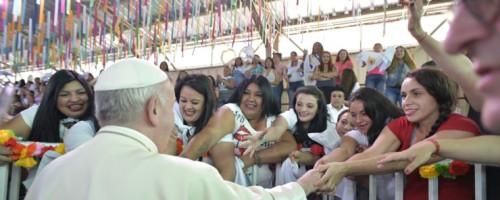 Papa Francisco visita cárcel de mujeres.