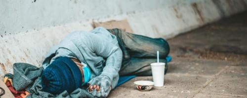 La pandemia de la exclusión y la indiferencia: el drama de vivir en la calle cuando comienza el invierno
